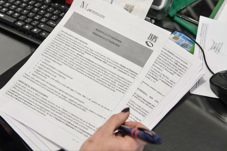 """Las agencia impositivas de Italia comenzaron a recibir hoy las solicitudes de los poteciales beneficiarios de la """"renta de ciudadanía"""", en la que el gobierno populista investirá 7000 millones de euros"""