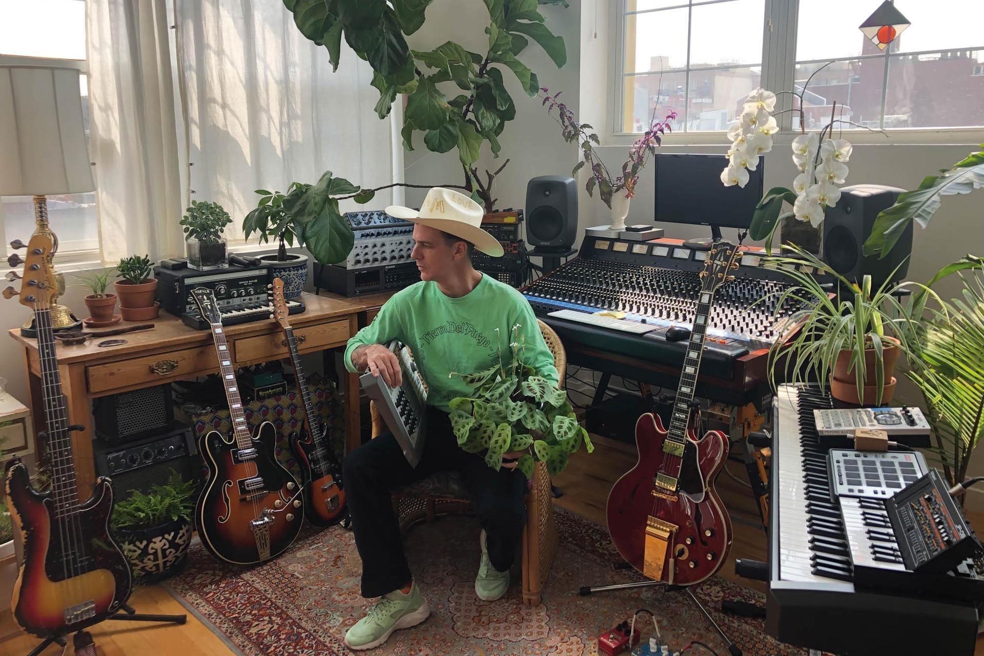 Con una trayectoria artística de más de 15 años como productor de bandas, Iván Díaz Mathé comenzó a experimentar con las plantas y se encontró con un mundo sensorial impensado.
