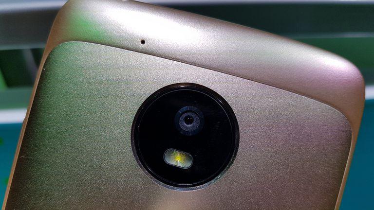 La cámara del G5 tiene foco por detección de fases y 13 megapixeles; la del G5 Plus, 12 megapixeles pero apertura f/1.7