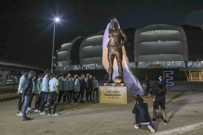 Todos los jugadores del seleccionado argentino estuvieron presentes en el momento en el que el gobernador de Santiago del Esteo, Gerardo Zamora, descubrió la estatua en homenaje a Diego Maradona