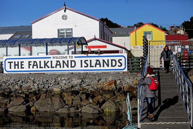 """El cartel de """"Falkland Islands"""", instalado en Puerto Argentino"""