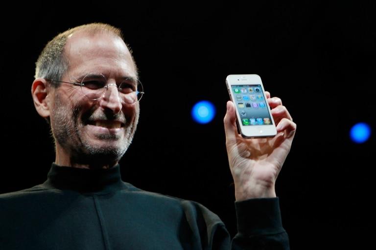Steve Jobs, CEO de Apple, con un iPhone 4 durante un encuentro para desarrolladores de la compañía