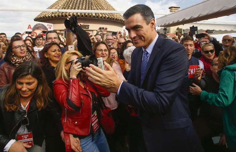 Sánchez, con seguidores en un acto en Córdoba