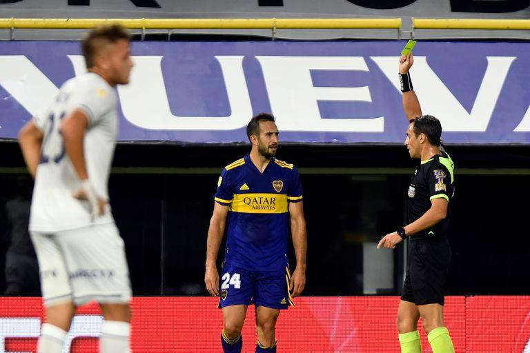 Fernando Rapallini le muestra la amarilla a Carlos Izquierdoz durante el partido que disputan Boca Juniors y Talleres de Córdoba
