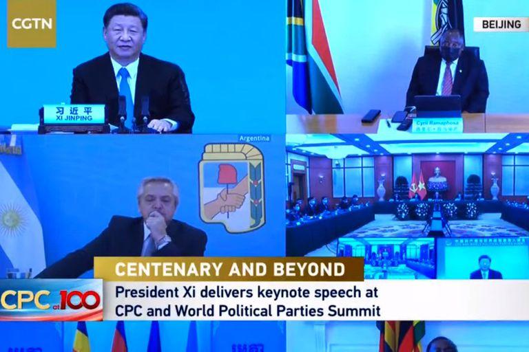 Alberto Fernández, en la Cumbre del Partido Comunista de China y Partidos Políticos Mundiales; arriba está Xi Jinping
