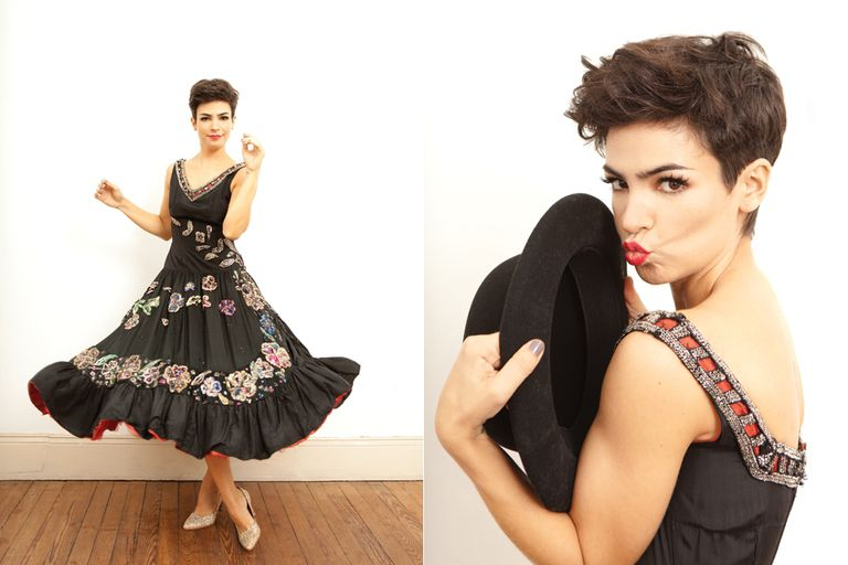 Sombrero de paño con tachitas (La Mercería, $880), vestido bordado (Bimba Vintage, $2000), stilettos de glitter (Sofi Martiré, $980