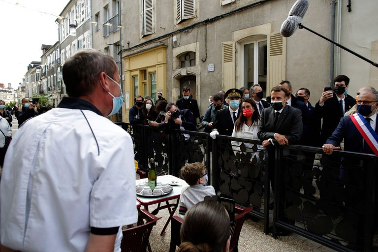 El presidente de Francia, Emmanuel Macron, recorre las calles y restaurantes de París en la reapertura de actividades. Con estos avances la UE se anima a reabrir el turismo en el bloque