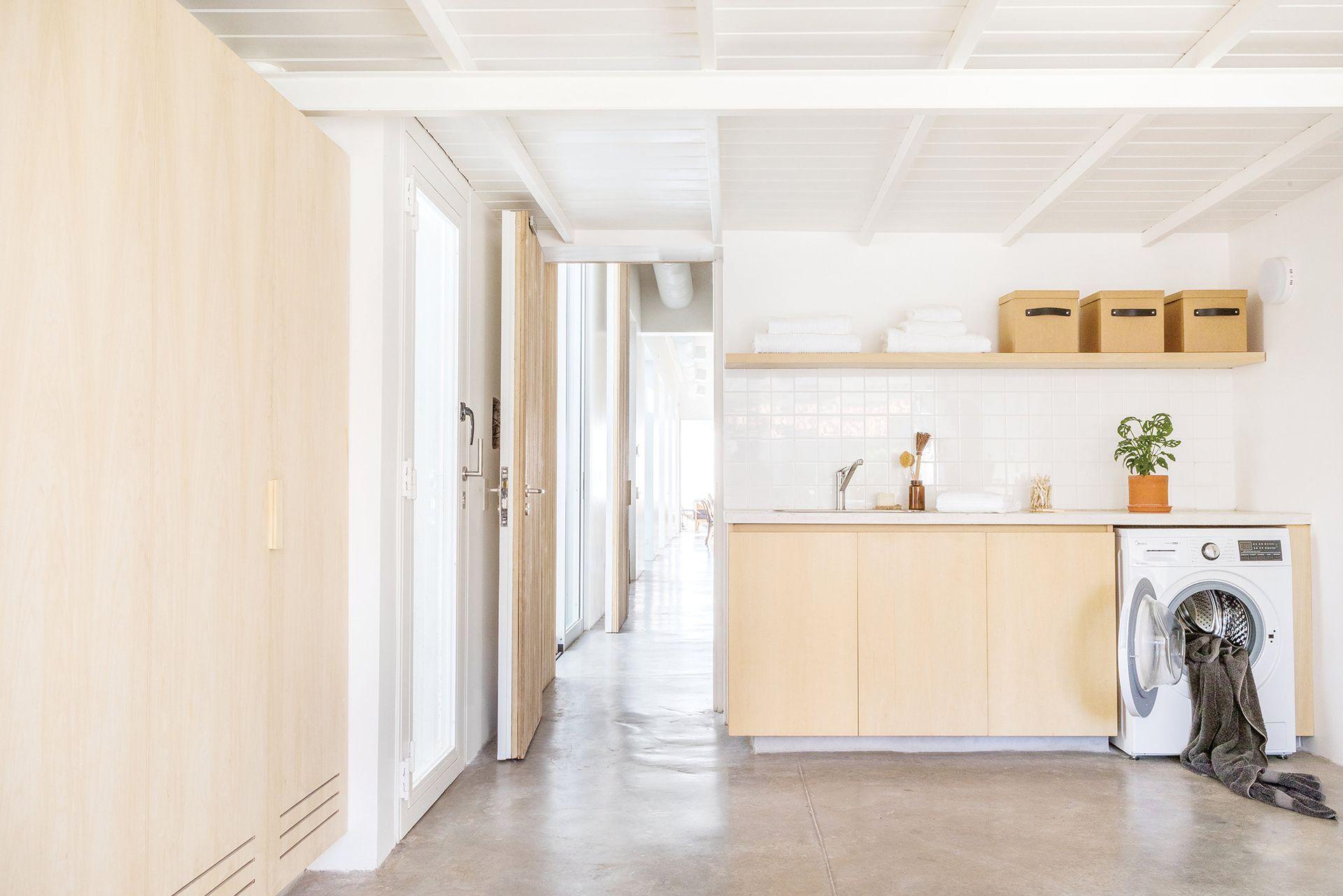 Mesada de cemento y concreto reforzado con fibra de vidrio. Alzada de azulejos (Acuarela). Bajomesada y placares en guatambú. Bacha (Johnson). Grifería (FV).