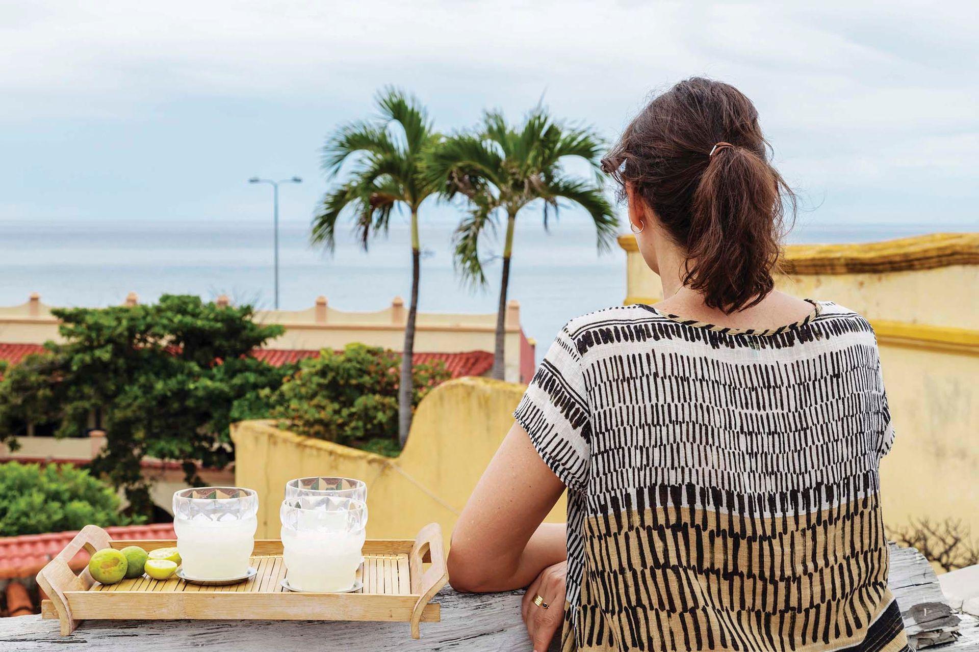 Después de la terraza con reposeras se accede al mirador: el lugar ideal para disfrutar del amanecer y el atardecer en esta ciudad torrida, en la que el sol empieza a picar a las 7 de la mañana.