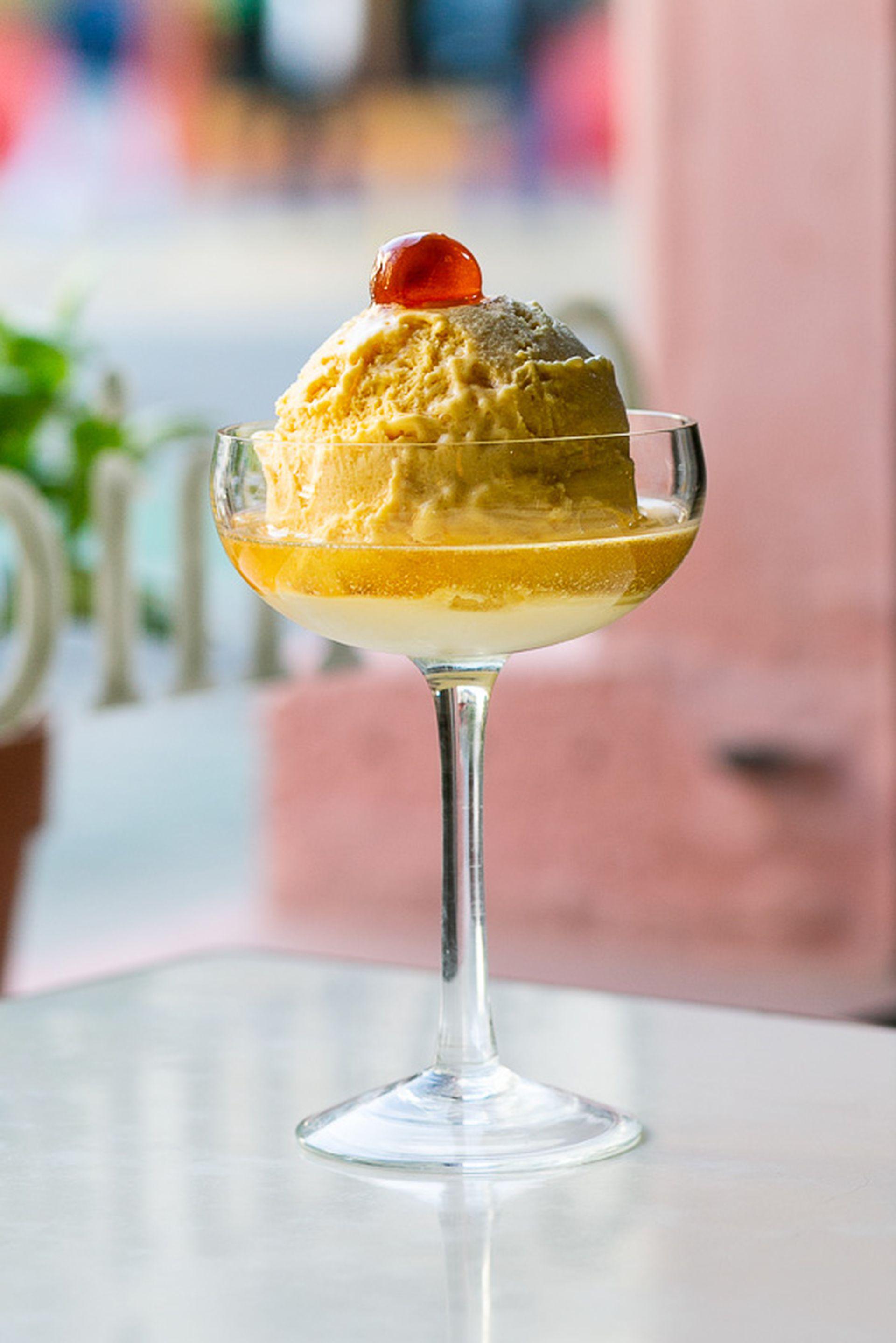 Como antes: así se elaboran los helados en El Preferido, con procesos artesanales que llevan mucho trabajo pero que la clientela agradece.