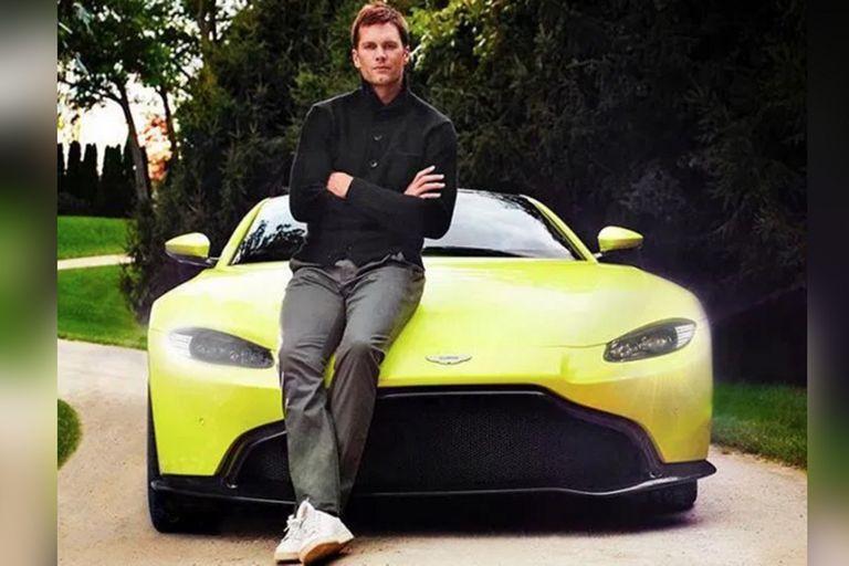La colección del seis veces campeón incluye dos Aston Martin.