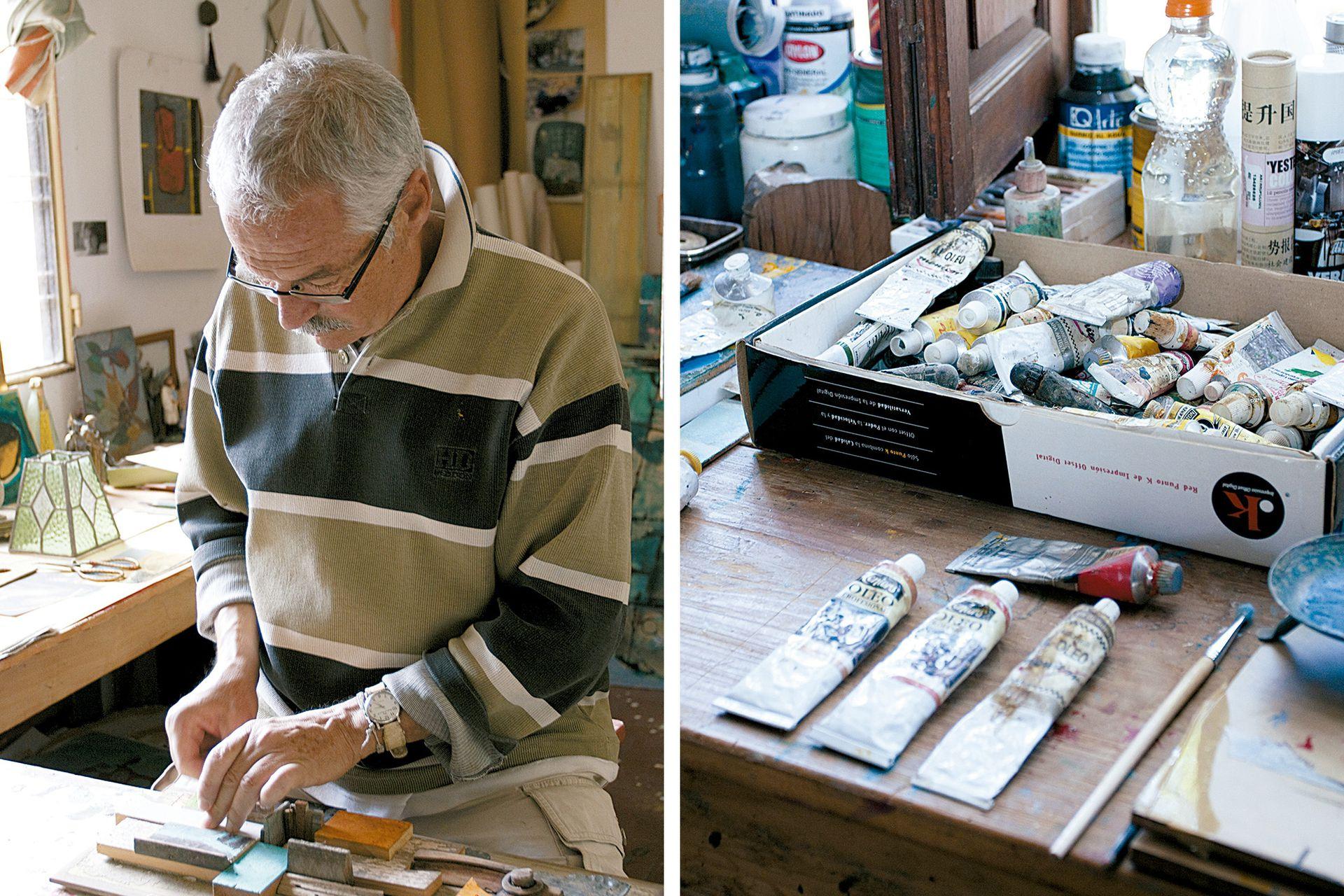 El artista, dando vida a una obra con pequeñas piezas de madera.