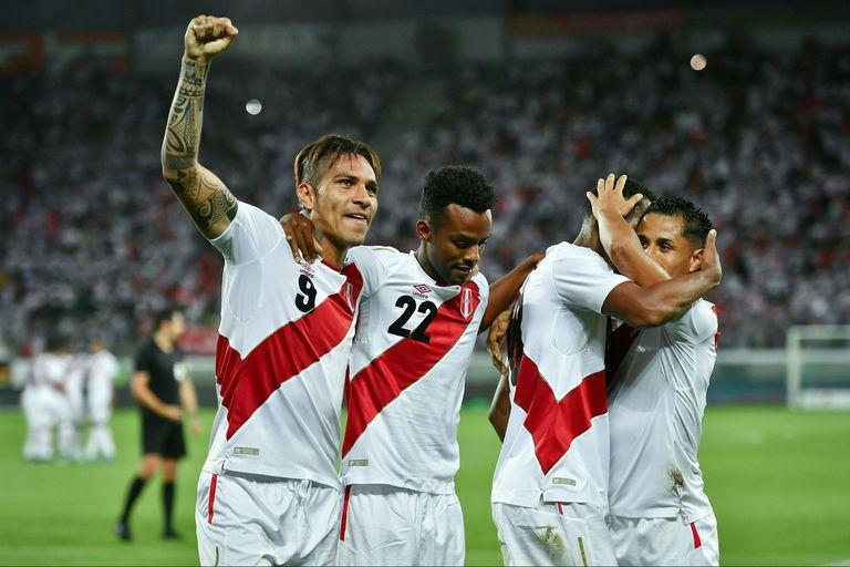 Con dos goles, Paolo Guerrero festejó su regreso a la selección de Perú