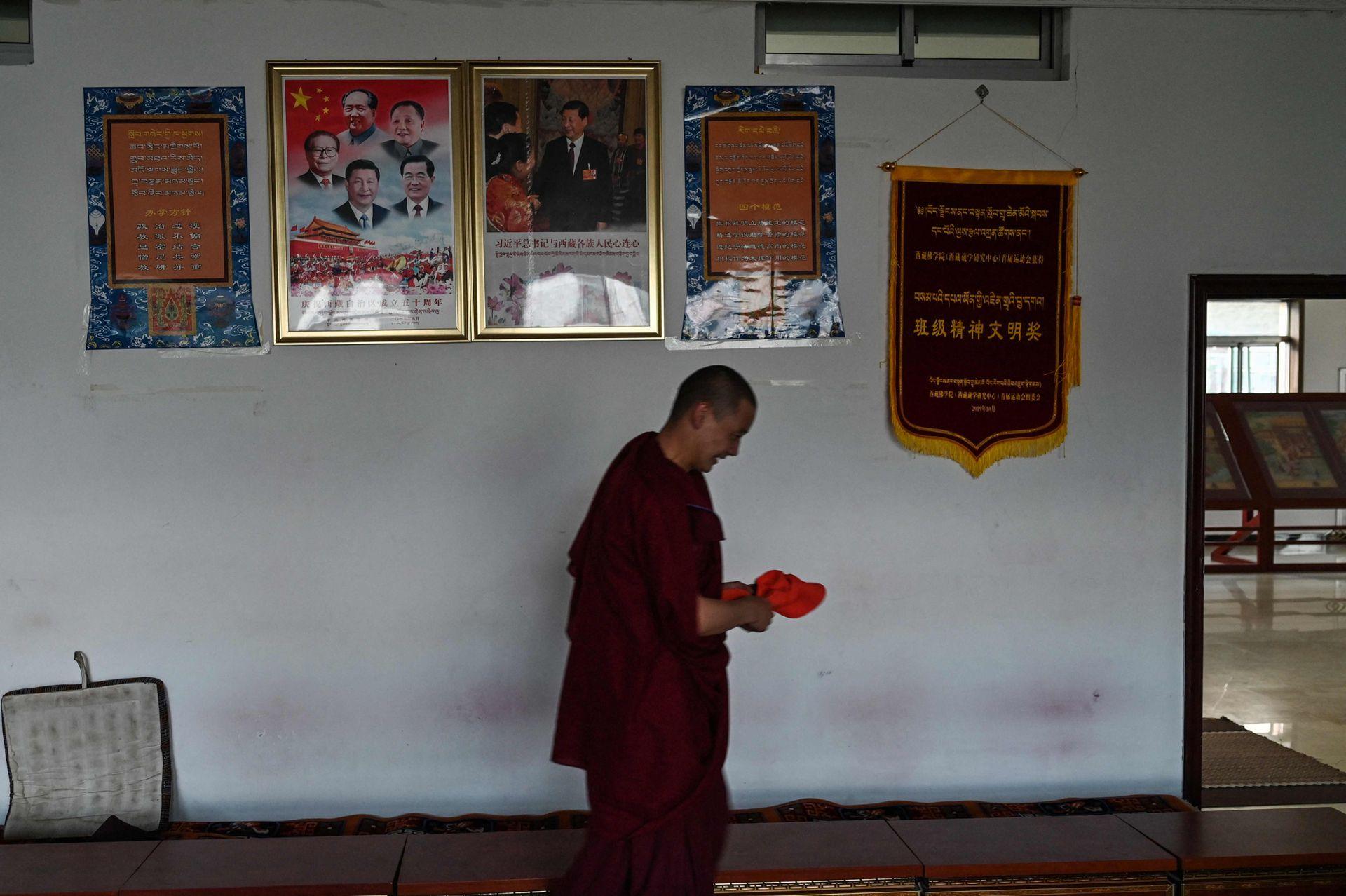 """Beijing dice que """"liberó pacíficamente"""" la región montañosa del Tíbet en 1951 e insiste en que desde entonces ha llevado infraestructura y educación a una región previamente subdesarrollada. Las banderas chinas y los aforismos de Xi salpican los terrenos del colegio"""