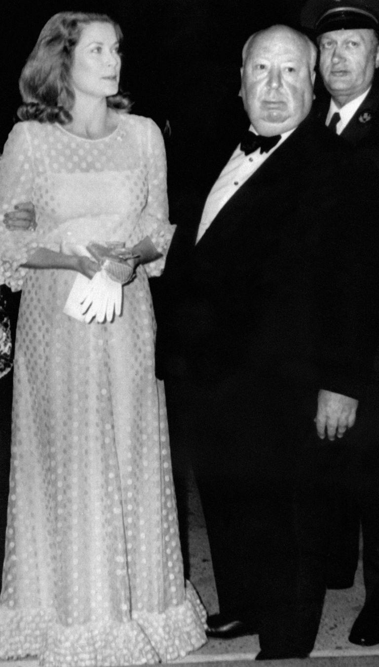 Grace Kelly junto a Alfred Hitchcok, quien la dirigió en tres películas: Crimen Perfecto (1954), La ventana indiscreta (1954) y Para atrapar al ladrón (1956)