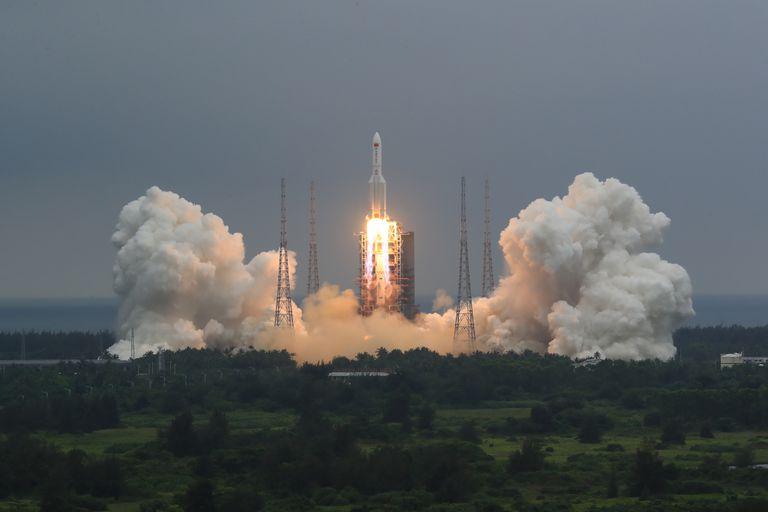En esta imagen del 29 de abril de 2021 difundida por la agencia noticiosa china Xinhua, se ve el despegue de un cohete Long March 5B que transporta un módulo para la estación espacial china, desde la base de lanzamiento de Wenchang, en la provincia de Hainan, en el sur de China. (Ju Zhenhua/Xinhua via AP, Archivo)