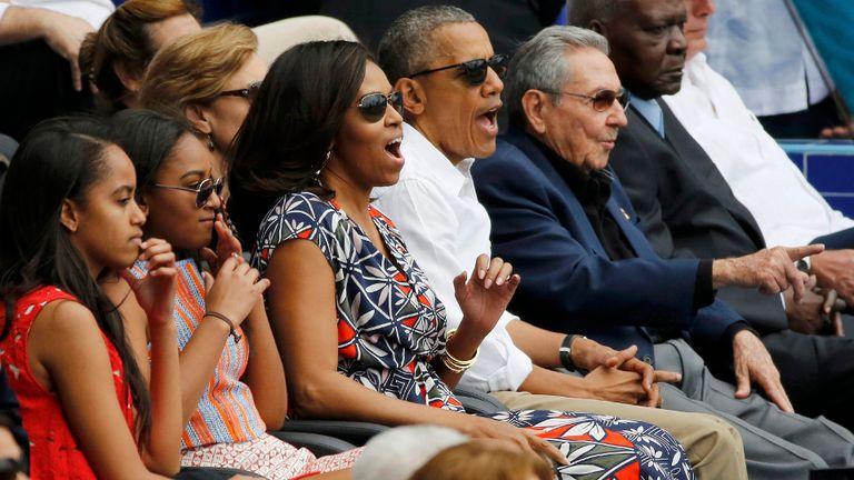 La familia Obama y Raúl Castro, durante el partido de béisbol jugado ayer en La Habana
