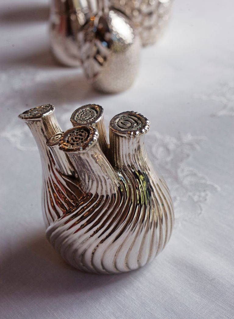 """Detalle de uno de los saleros: """"Al igual que los pimenteros de plata y las rosas de los portaservilletas fueron realizados por Gustavo Celli bajo mi diseño"""", explica entusiasmada."""