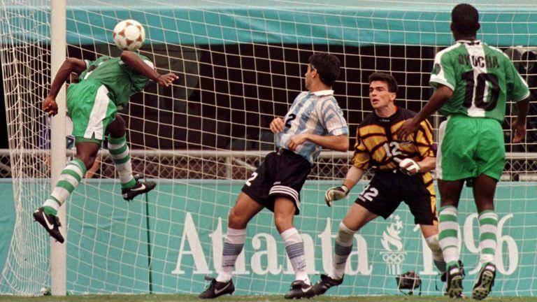 Celestine Babayaro marca de cabeza frente a Roberto Ayala y Pablo Cavallero; lo observa Agustine Okocha