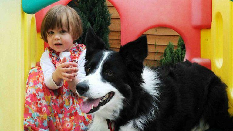 Philippa Wood y su perra Bessie