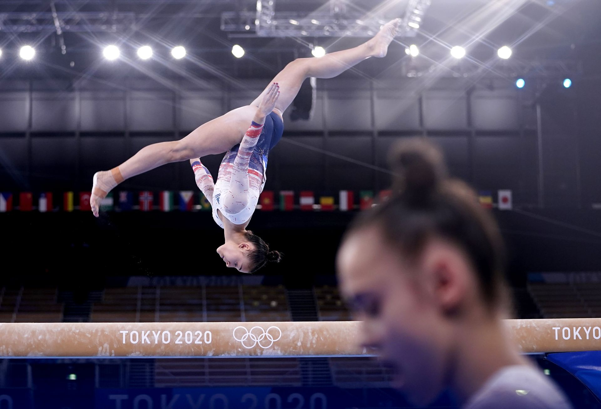 La británica Jessica Gadirova en acción en la viga de equilibrio mientras su compañera de equipo Jennifer Gadirova pasa durante la Subdivisión de Calificación Femenina 2 en el Centro de Gimnasia Ariake en el segundo día de los Juegos Olímpicos de Tokio 2020 en Japón. Fecha de la imagen: domingo 25 de julio de 2021.