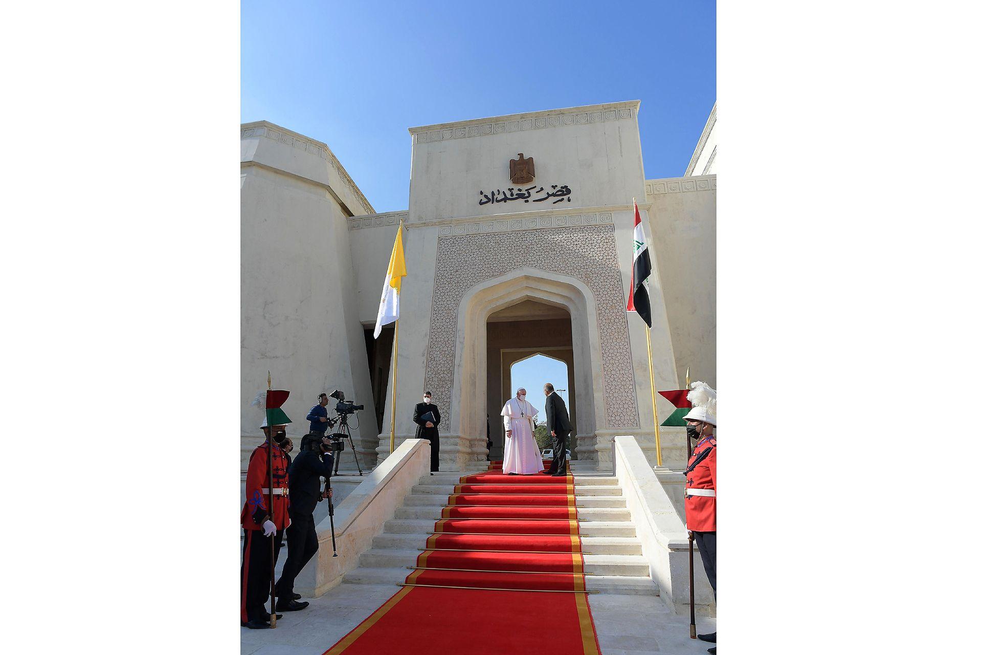 El presidente iraquí Barham Saleh dando la bienvenida al Papa Francisco en el palacio presidencial en la Zona Verde de Bagdad