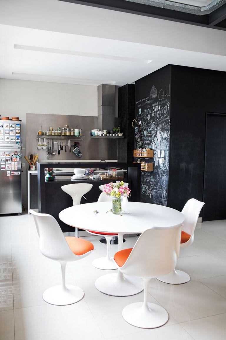 """""""La pared pizarra es lo más popular de la casa. Tiene desde saludos de amigos que visitan hasta una receta que salió bien y la clave del wifi. Nunca lo borramos""""."""