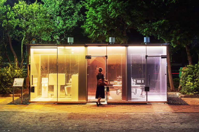 En Tokio, los baños públicos son transparentes... y polémicos