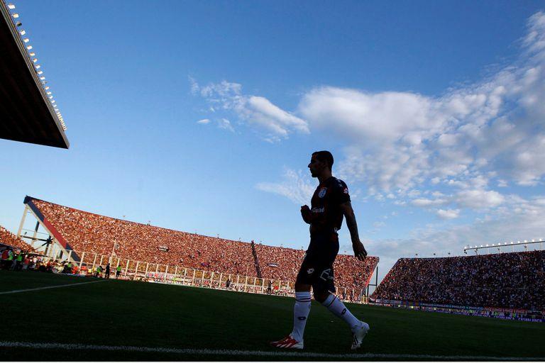 Leandro Romagnoli deja la cancha en un partido contra Estudiantes en 2013