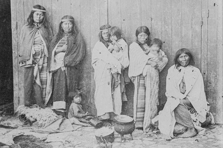 Los restos, imágenes y relatos son las pruebas materiales de un genocidio.