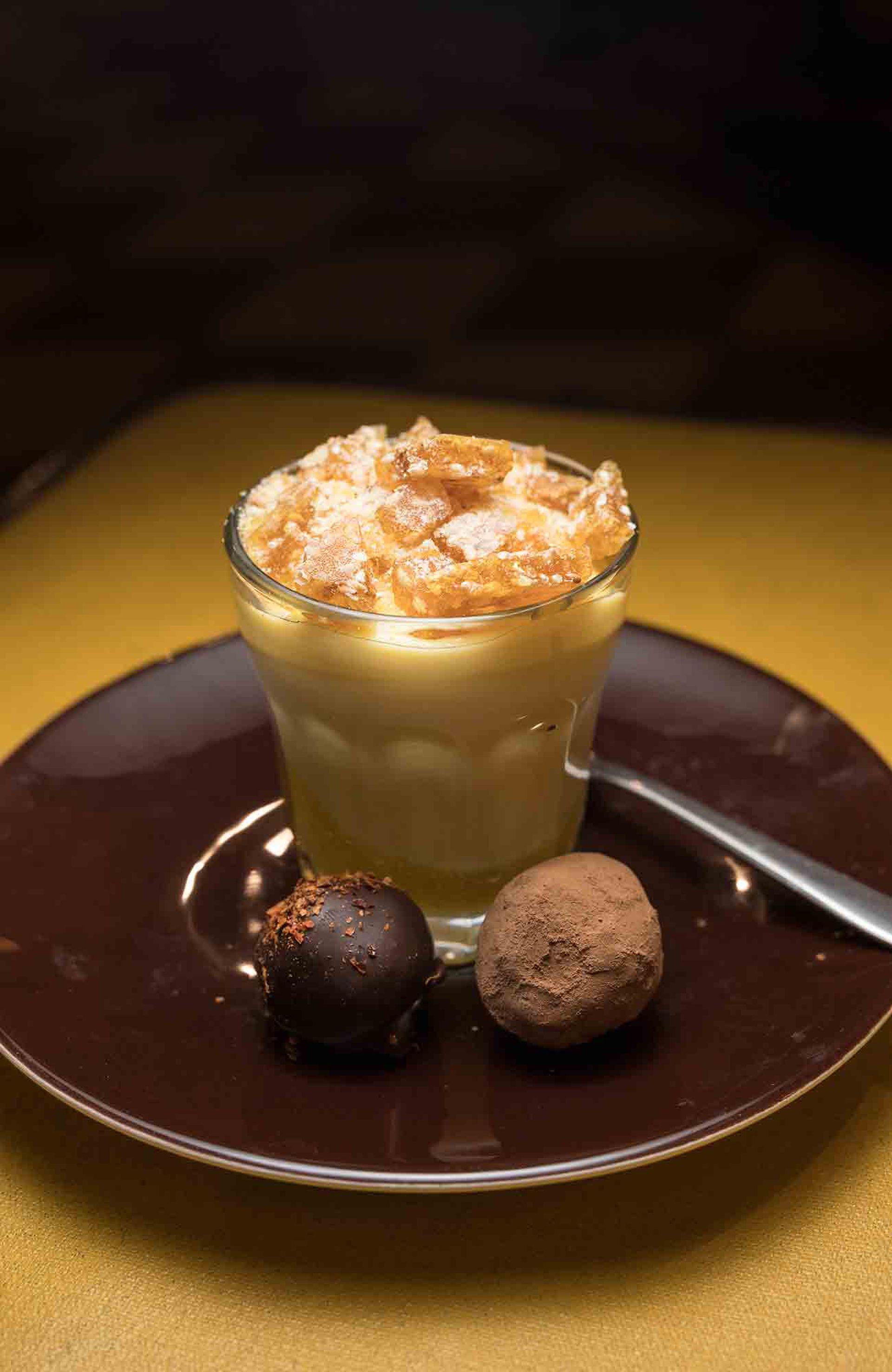 Crema de mango y trufas de chocolate amargo enchilado de La Neta.