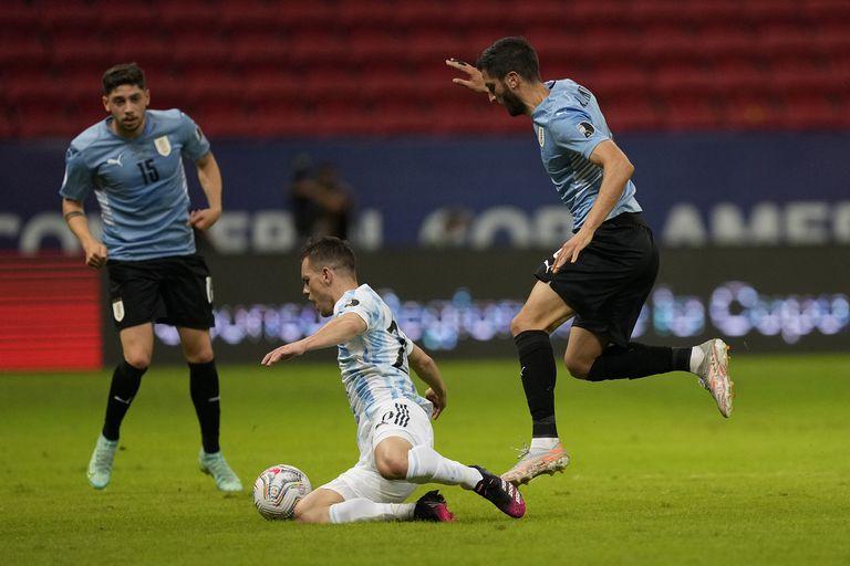 Rodrigo Bentancur derriba a Lo Celso y Valverde completa la escena; el exvolante de Rosario Central fue el socio ideal para Messi y la selección lo extrañó cuando salió golpeado en el comienzo del segundo tiempo