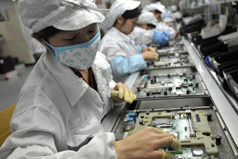 Una línea de producción de la firma taiwanesa Foxconn en China. Las principales compañías estadounidenses planean un éxodo de sus fábricas a Vietnam, Filipinas e Indonesia debido a la guerra comercial entre el gigante asiático y EEUU