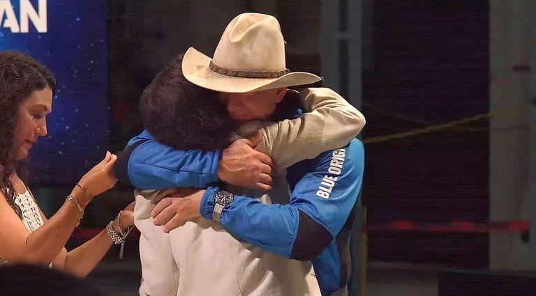 El abrazo de Jeff Bezos con su madre, Jacklyn Bezos, a quien le regaló un collar que llevó consigo al espacio