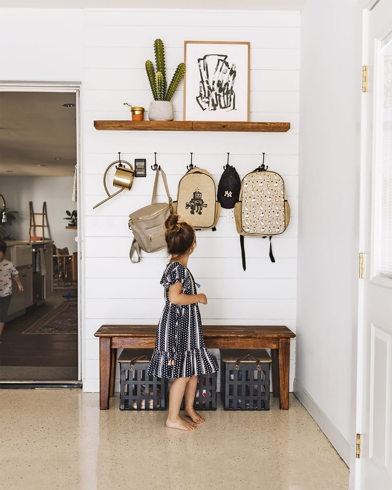 En casas o departamentos, el mudroom se transformó en el espacio de la casa especialmente preparado para hacer la transición entre el exterior y el interior.