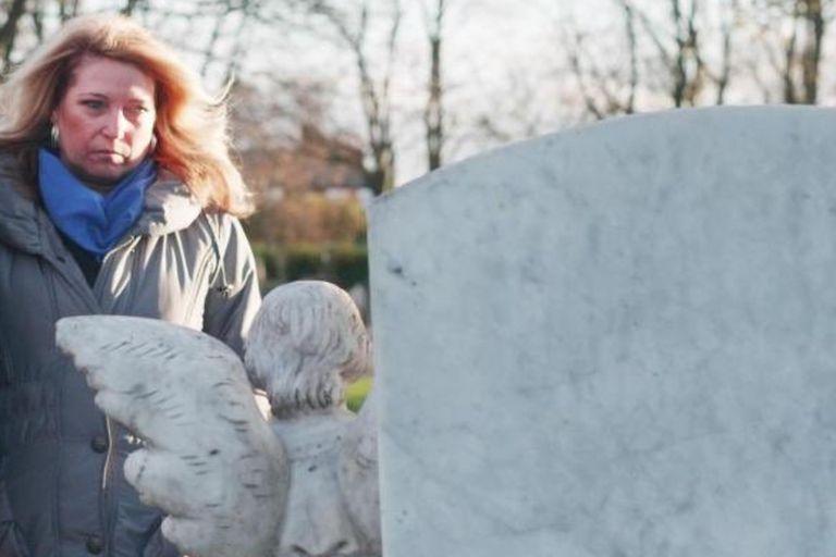 Denise Fergus visita la tumba de James en 2018