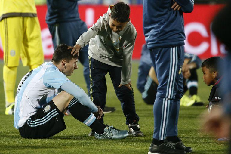 La recordada imagen de Messi entre consolado y admirado por un chico chileno luego de que el capitán argentino fallara en la definición por penales en la final por la Copa América Centenario; tras aquella derrota, el rosarino renunció al seleccionado, pero volvería al poco tiempo.