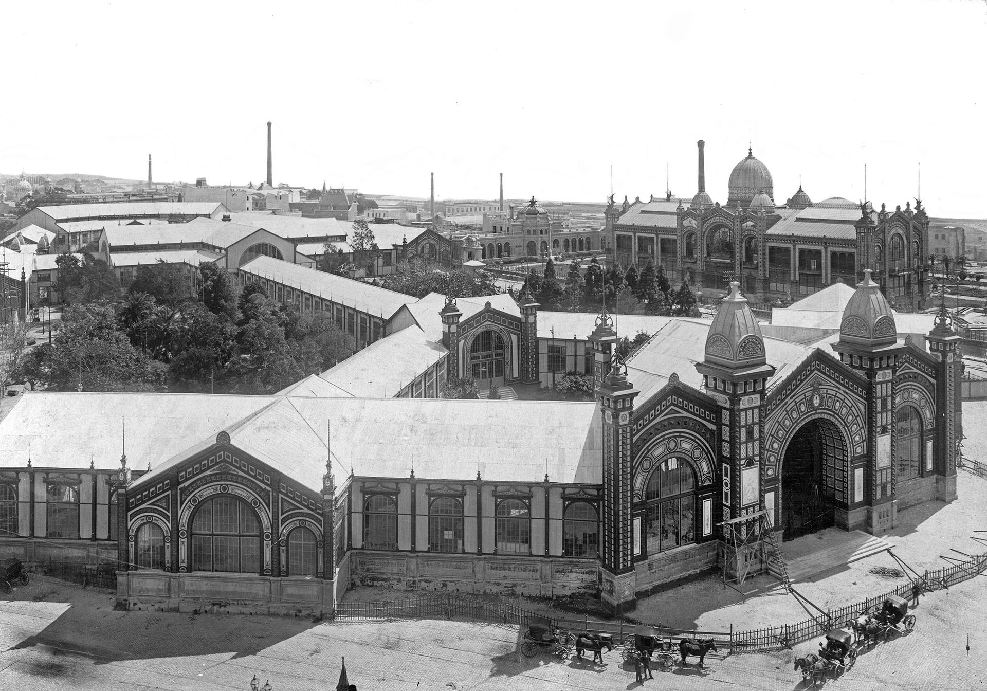 La Exposición Nacional de 1898 en plaza San Martín. Al fondo, a la derecha, se distingue el Pabellón Argentino.