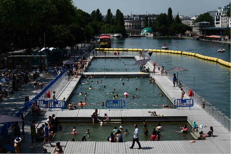 En París, la gente usó las piletas montadas en los canales