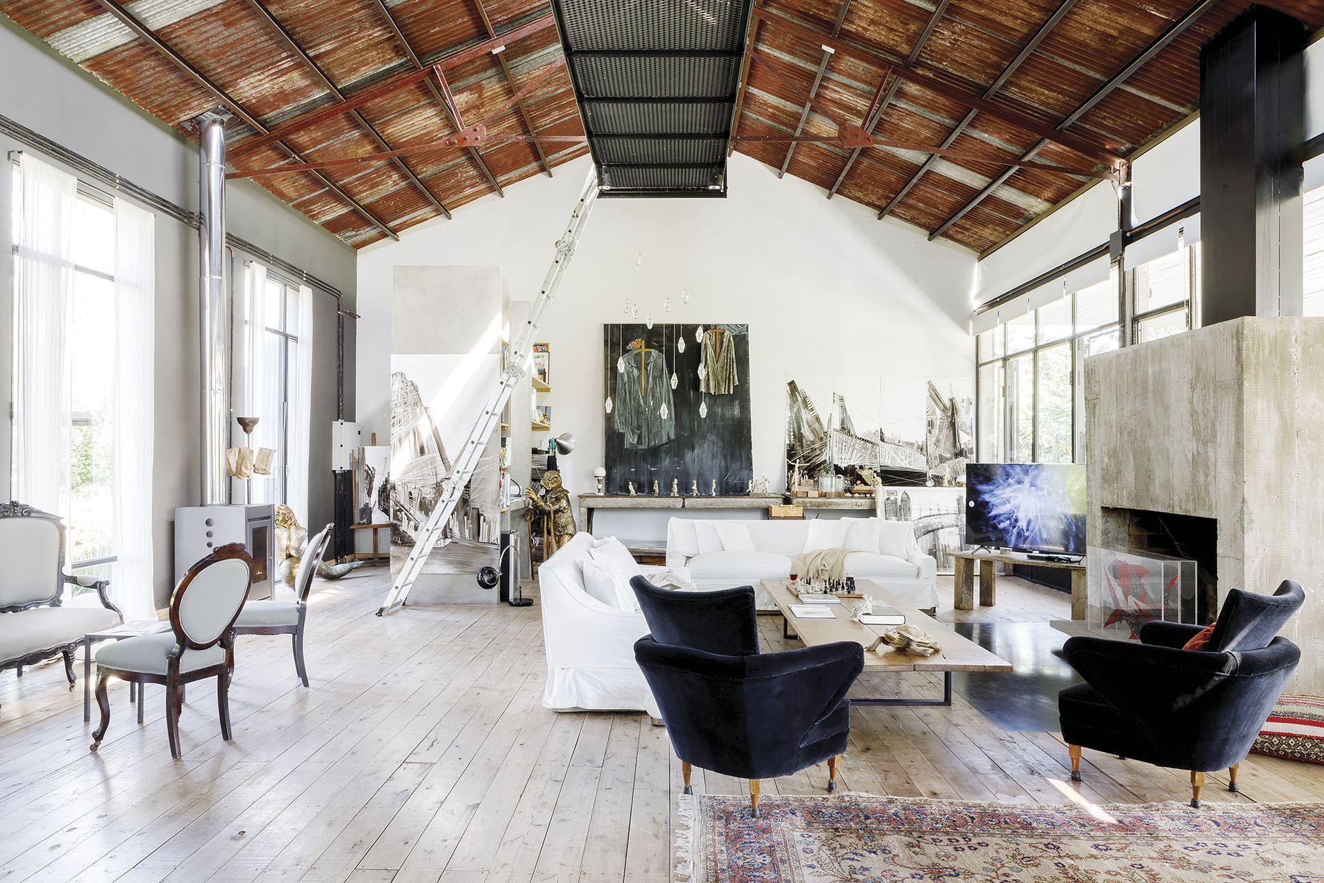El living se equipó con sillones heredados con fundas y manta (Lote Propio) y una mesa ratona vintage.