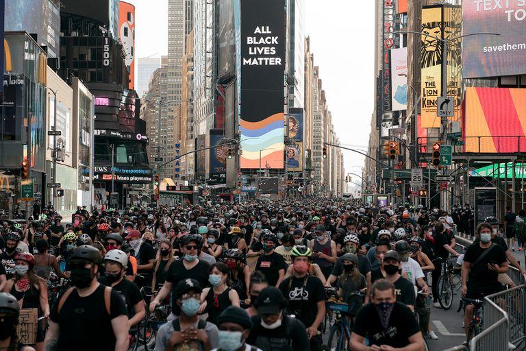 Masiva protesta por justicia racial, en Times Square
