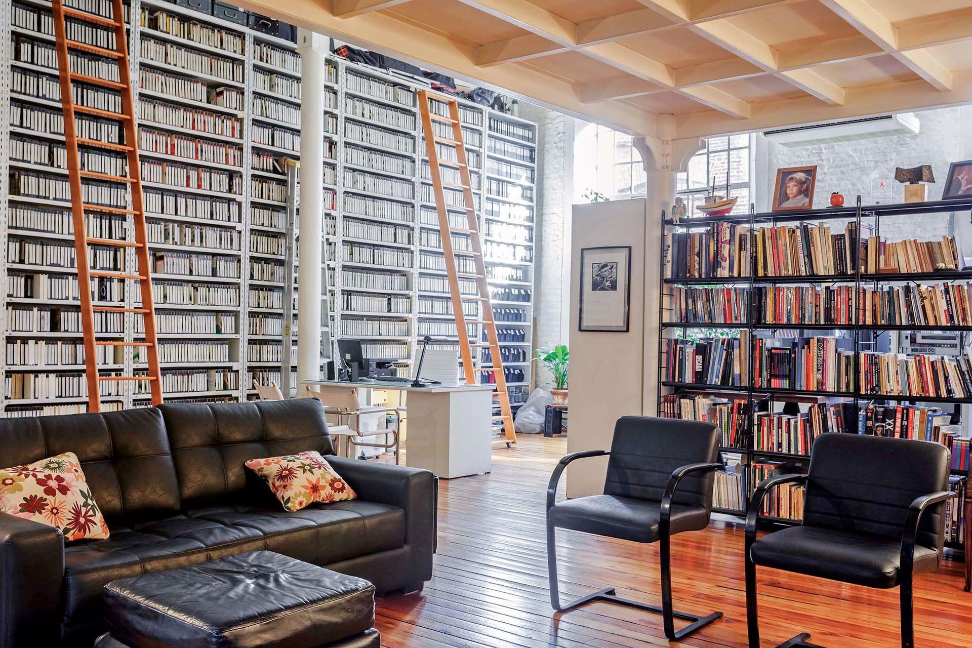 Con una biblioteca sin fondo, se separó el área de escritorios sin bloquear el paso de la luz.