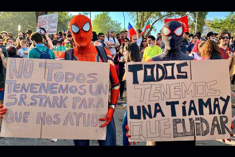 Chile: los ingeniosos carteles que protagonizaron la protesta pacífica