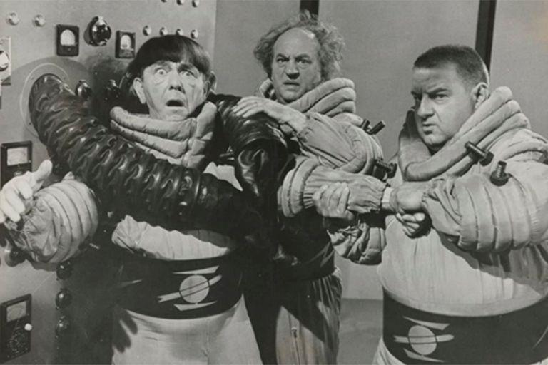 Larry Fine en el centro, en una escena de Los Tres Chiflados