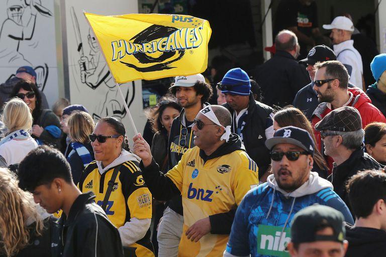 Los fanáticos llegan al estadio Eden Park antes del partido de Super Rugby entre Auckland Blues y Wellington Hurricanes en Auckland