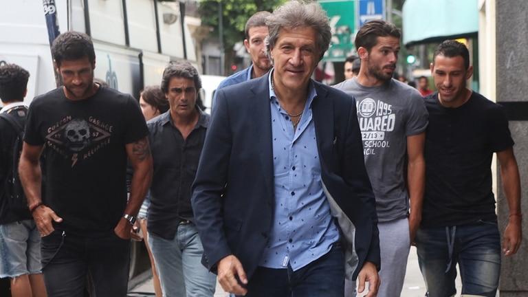 Puras sonrisas: Marchi, rodeado de Sebastián Domínguez, Fernando Gago y Maxi Rodríguez, recibieron las novedades que querían escuchar hace días