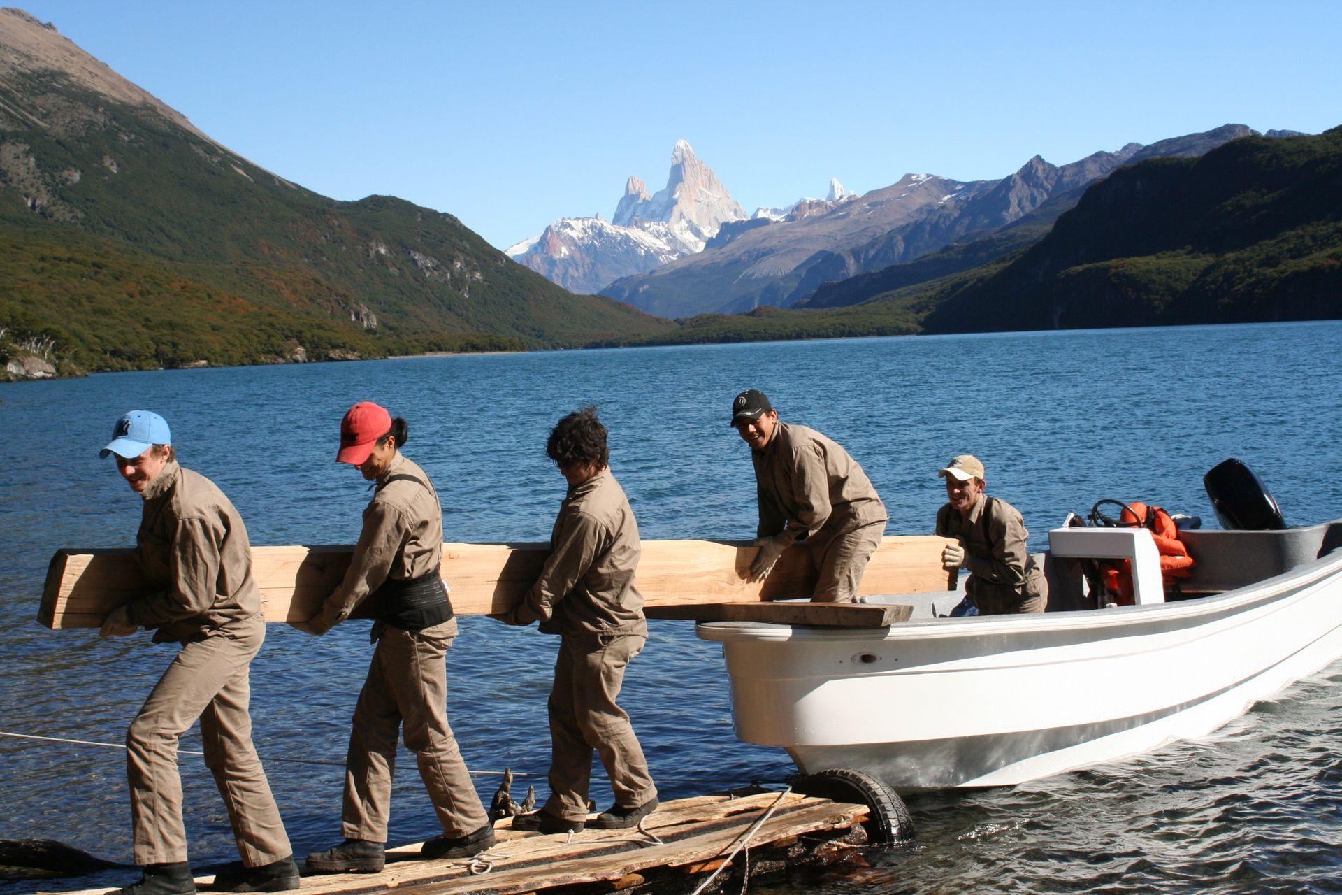 """El traslado de la madera en uno de los """"2.500 viajes en lancha""""."""