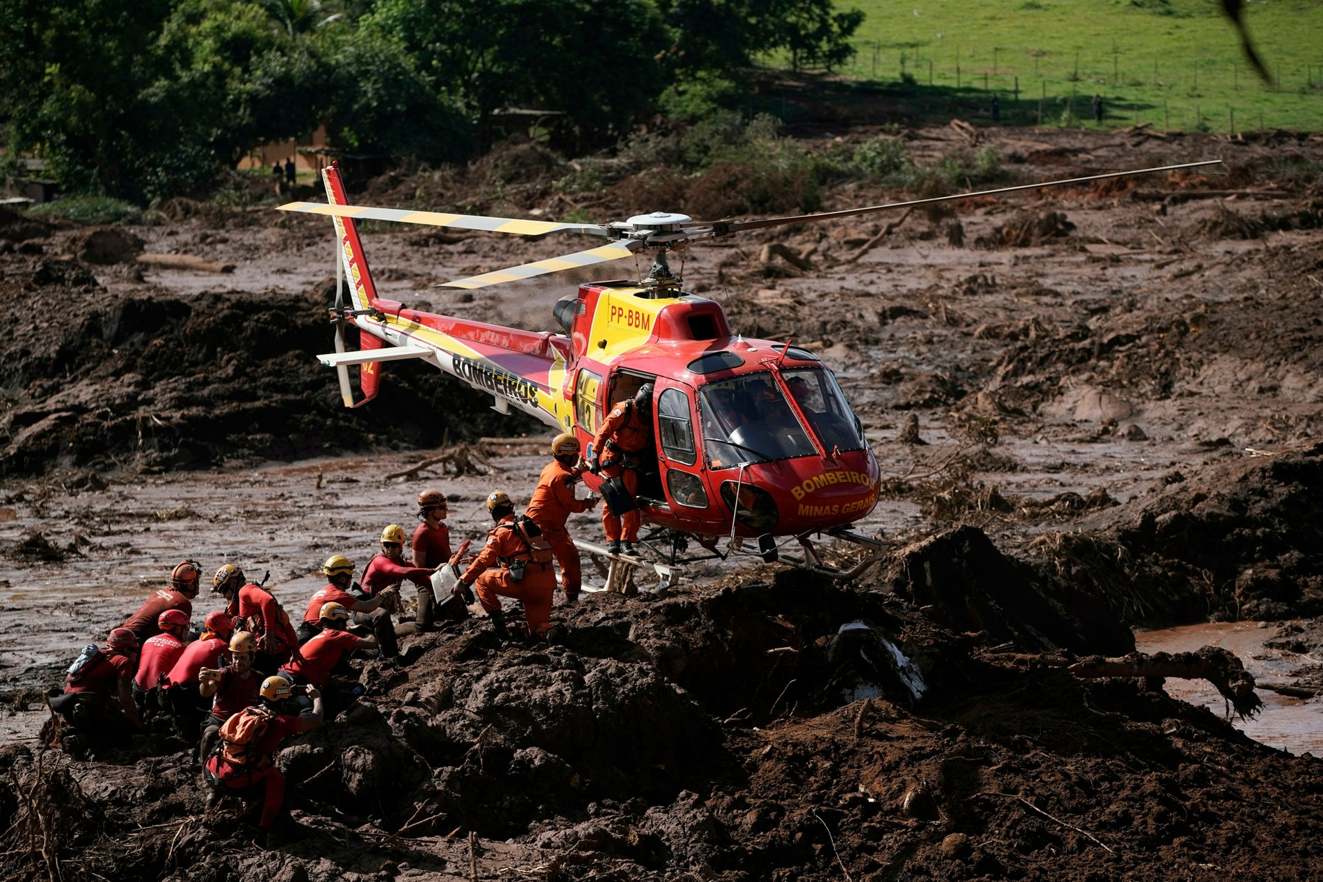 Bomberos se reabastecen mientras buscan víctimas de un colapso de una represa en Brumadinho, Brasil, el 28 de enero.