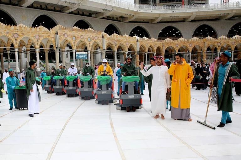 Los trabajadores limpian la Gran Mezquita de La Meca (al-Masjid al-aram), el lugar más sagrado del Islam que generalmente está abarrotado de fieles. Las autoridades de Arabia Saudita anunciaron que la Mezquita será desinfectada cuatro veces al día para garantizar la seguridad de su gente en medio de