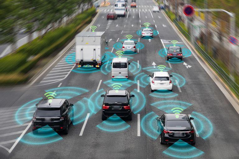Los autos autónomos deben prestar atención al terreno y también al tránsito que los rodea, que puede resultar impredecible, y obligarlos a tomar una decisión fuera de lo ordinario